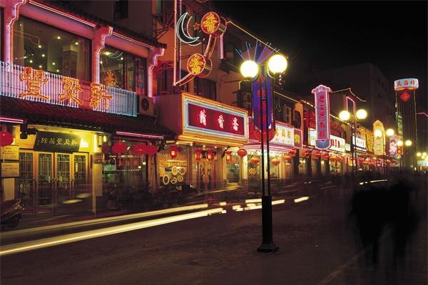 商业街灯光照明凸显城市外貌形象