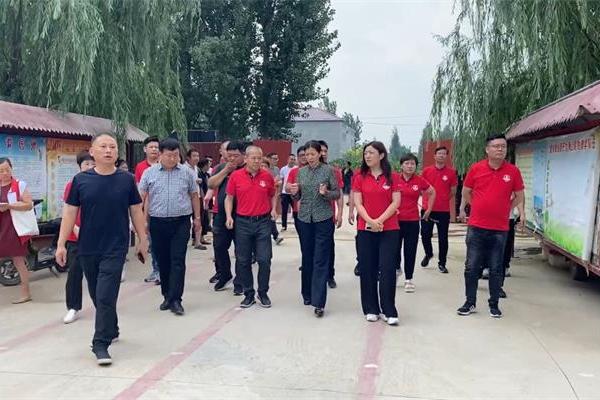 明亮照明总经理与安阳市内黄县政府副县长李红霞合影