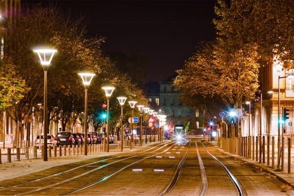 商业街夜景亮化促进了城市的日益繁华